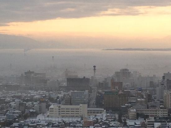 Hotel Nikko Niigata: 靄に包まれた新潟市内。ホテル日航新潟より