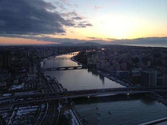 Hotel Nikko Niigata: 夕日に映し出される万代橋。ホテル日航新潟よりの眺望