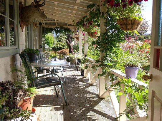 Keiko's Cottages & Bed & Breakfast: Garden setting