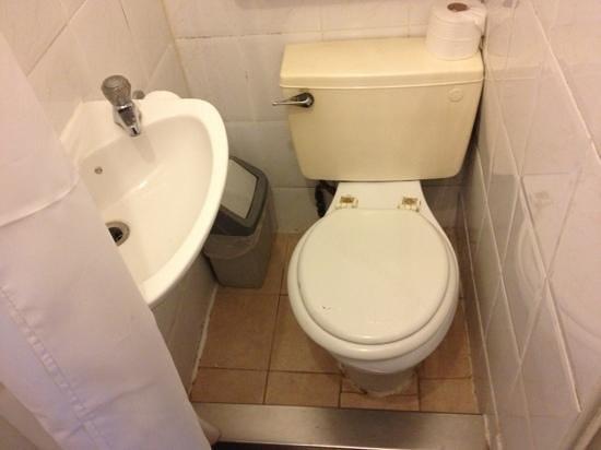 เดอะ เวกัส โฮเต็ล:                   tiny!!! funny how on their website and laterooms there are no pics on the bath