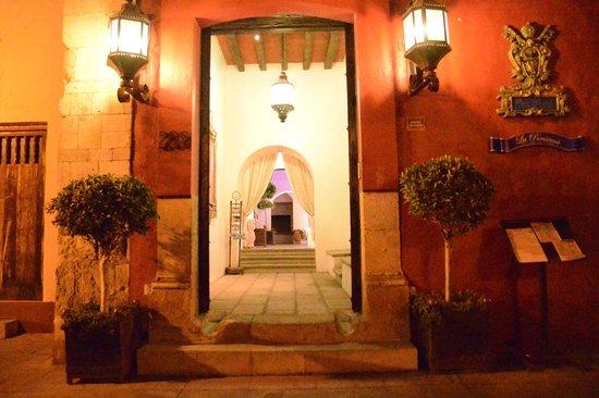 Hotel Palacio Borghese: Entrada por Allende