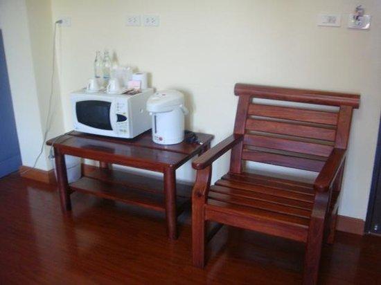 Chayayon Boutique Lodge & Villa: มุมกาแฟในห้องข้างๆ ประตูห้อง มีไมโครเวฟให้ด้วย