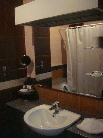 Chayayon Boutique Lodge & Villa : ห้องน้ำ มีอ่างอาบน้ำด้วย ปรับแสงไฟให้สลัวๆ ได้