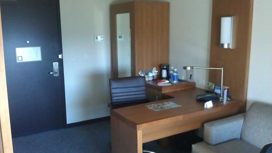 Hyatt Place LAX El Segundo: Desk Area - Small Closet