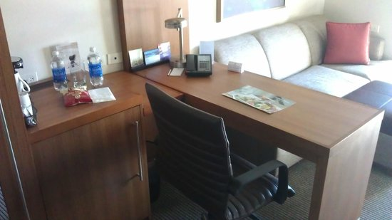 Hyatt Place LAX El Segundo: Desk / Sofa