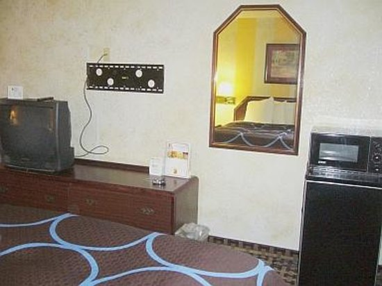 Super 8 by Wyndham Houston/Nasa/Webster Area: Small TV, fridge & microwave