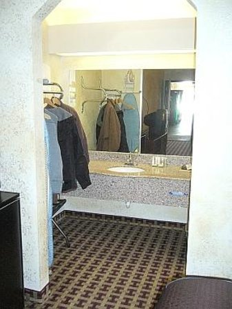 Super 8 Houston/NASA/Webster Area: Open hanging space & wash basin