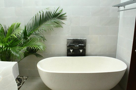 Jas Boutique Villas: bathtub in master bedroom