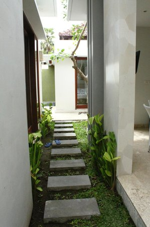 Jas Boutique Villas: walkway into villa