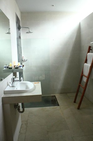 Jas Boutique Villas: bathroom in 2nd bedroom