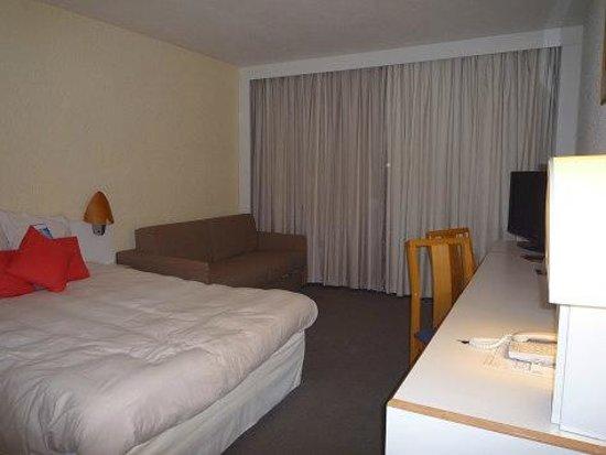 Novotel Chartres : 広いお部屋に大きなベッド