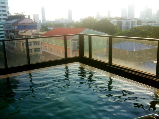 Citadines Sukhumvit 8 Bangkok: Pool on upper floor, open 'til late