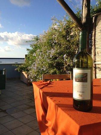 Lo Scoglio da Tommaso: Tasty white wine by Marisa Cuomo at balcony