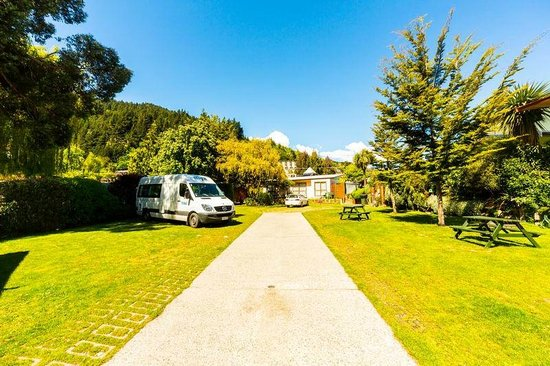 Queenstown Holiday Park & Motel Creeksyde: One way in and out here. Could be tricky with a big van if full.