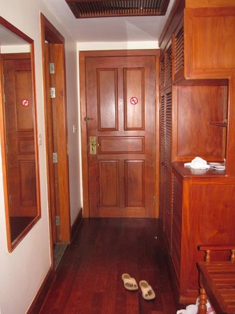 Steung Siemreap Hotel : A lot of wood used in room decor