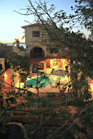 Posada Colibri: Sunset Pool Area
