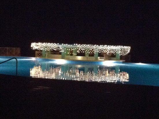 Iberostar Rose Hall Beach Hotel: Swim up bar at night