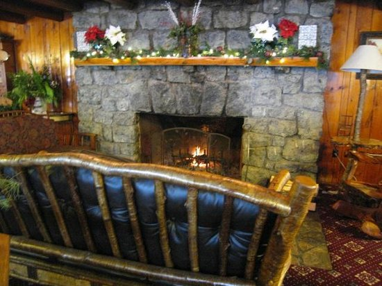 Garnet Hill Lodge: Dining room fireplace