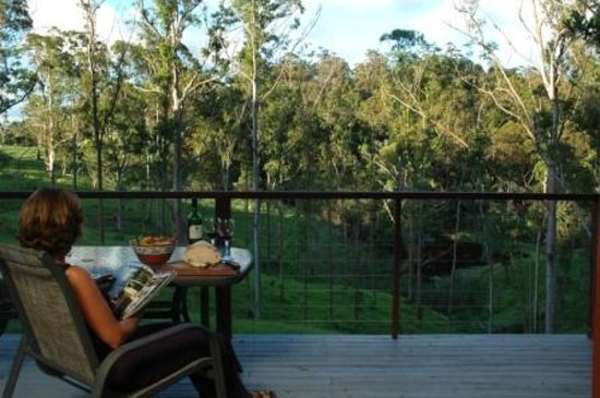 Whispering Valley Cottage Retreat: Wine and cheese on the balcony