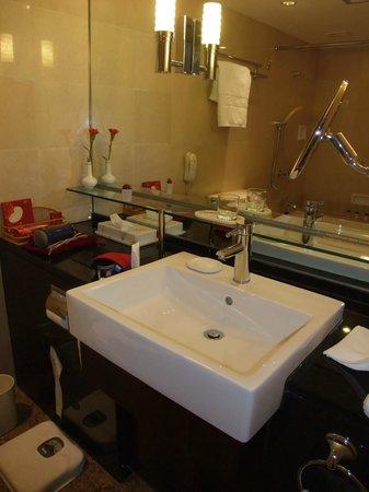 Okura Garden Hotel Shanghai: バスルームも丁度よい広さです 入浴剤もあり、風呂もすぐお湯が溜まり、日本人には最高です!!