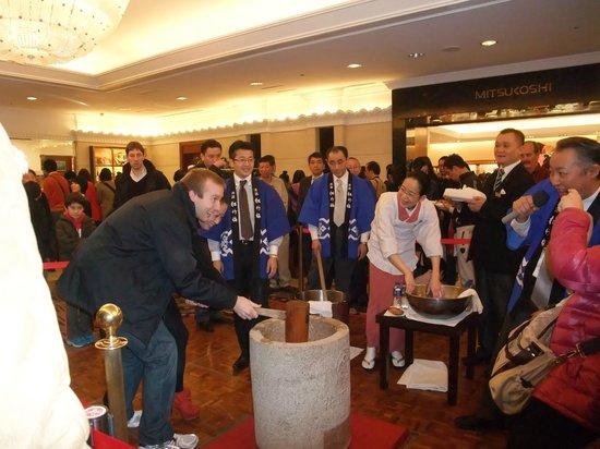 Okura Garden Hotel Shanghai: 元旦恒例の餅つき大会。すごい人!!