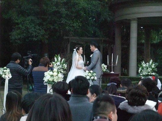 Okura Garden Hotel Shanghai: 庭園では結婚式が行われていました(元旦に!)