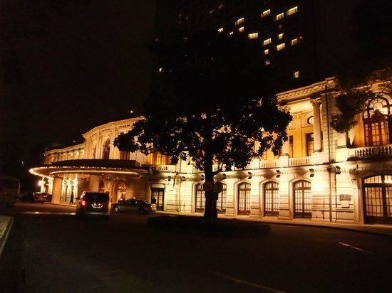Okura Garden Hotel Shanghai: 夜の花園飯店(ライトアップがとてもきれい)