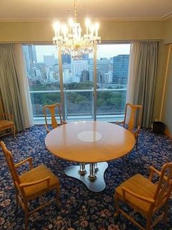 The Prince Park Tower Tokyo: 円卓には6人座れます。