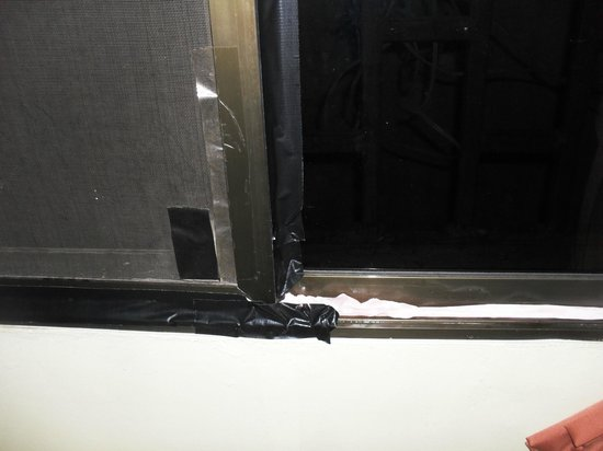 Kim Samnang Guesthouse: Our attempt to tape up the window frames