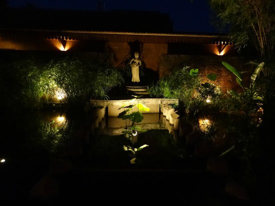 Belmond La Residence d'Angkor: gardens at night