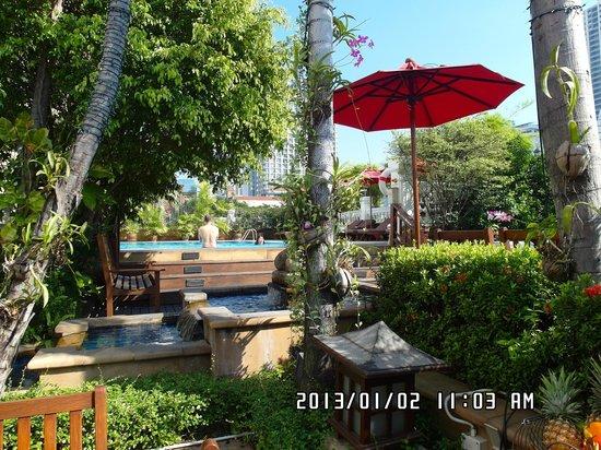 โรงแรมอมารี บูเลอวาร์ด: Amari Boulevard's pool