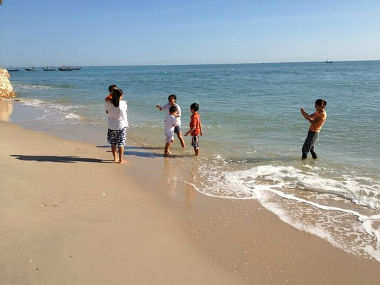 Dusit Thani Hua Hin: Playing on the beach