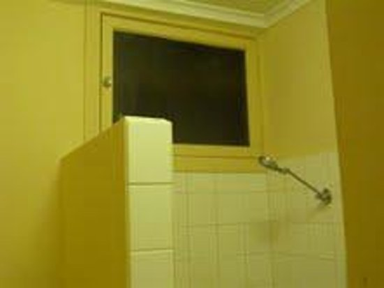 Lameroo Hotel Motel door above shower? & door above shower????? - Picture of Lameroo Hotel Motel Lameroo ...