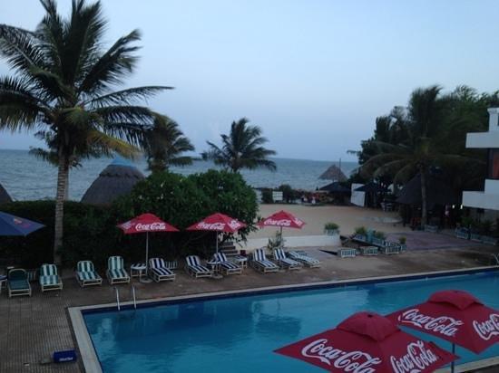 Beachcomber Hotel and Resort: Ren pool men trångt o hög musik på söndagar