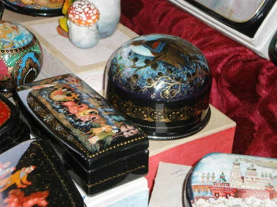 Izmailovsky Market : more beautiful lacquerware-I bought the round one!