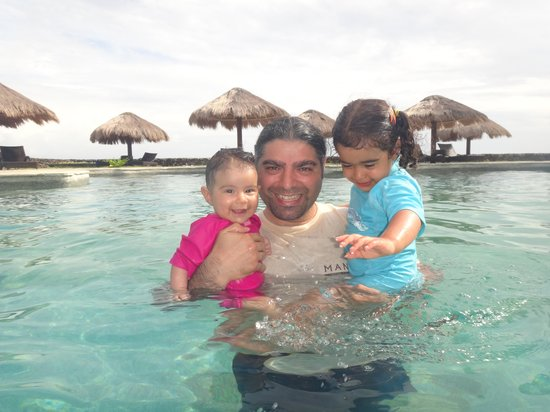 كوكوناتس بيتش كلوب آند ريزورت: at the resorts pool 