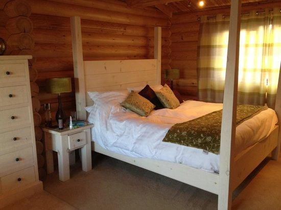 Weybread Lakes Log Cabin Holidays: Marshmallow bed!
