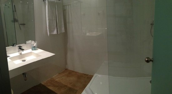Hotel 4 Barcelona: Bathroom