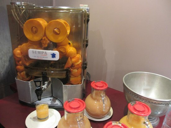 Mercure Nancy Centre Place Stanislas : 朝食レストランにあったオレンジ生搾り機