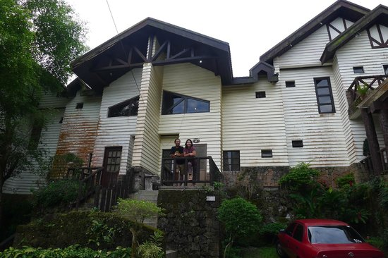 Canyon Woods Resort Club: Balikbayan couple Alfa and Cesar in front of their rented unit