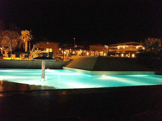 Baia Samuele Hotel Villaggio: Vista notturna di piascina e villaggio
