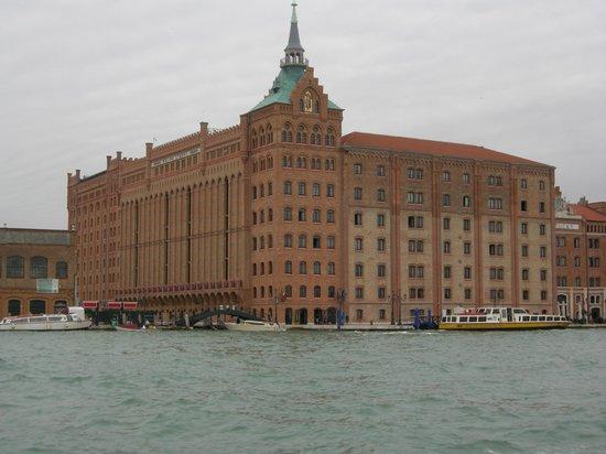 Hilton Molino Stucky Venice Hotel: L'Hotel dal vaporetto sul Canale della Giudecca 