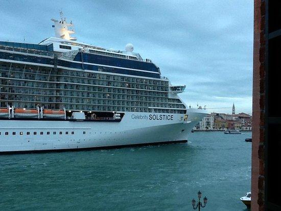 Hilton Molino Stucky Venice Hotel: Vista dalla camera: Nave da crociera che passa nel Canale della Giudecca 