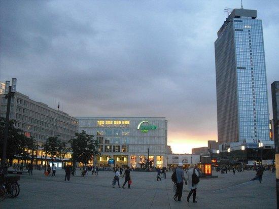 Park Inn by Radisson Berlin Alexanderplatz: Alexander Platz, L'hotel è sulla destra