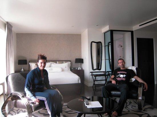 Hotel Shangri-La Santa Monica: stanza con letto e poltrone