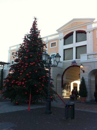 Albero di Natale ingresso - Foto di La Reggia Designer Outlet ...