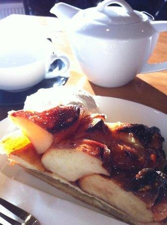 Puccini Bomboni: アップルパイとポットサービスの紅茶。