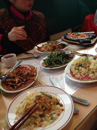 New hoa khoan : poulet à la citronnelle, liseron d'eau, riz cantonnais