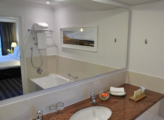 Radisson Blu Hotel Waterfront, Cape Town: bathroom
