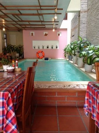 Hoa Binh Hotel : breakfast area and pool